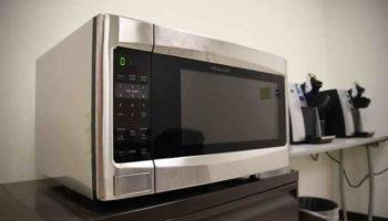 8 вещей, которые нельзя класть в микроволновую печь