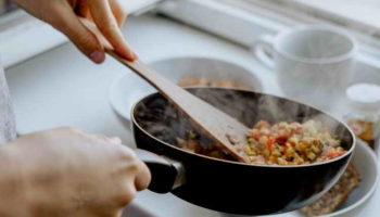 Как избавиться от запаха жареного в доме: 6 проверенных способов