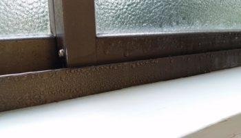 Почему окна потеют изнутри: причины и что с этим делать